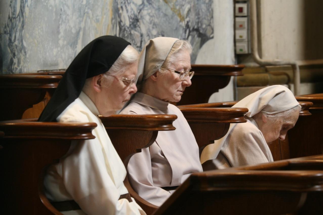 Deux sœurs de la Communauté au chœur avec une sœur d'Angleterre
