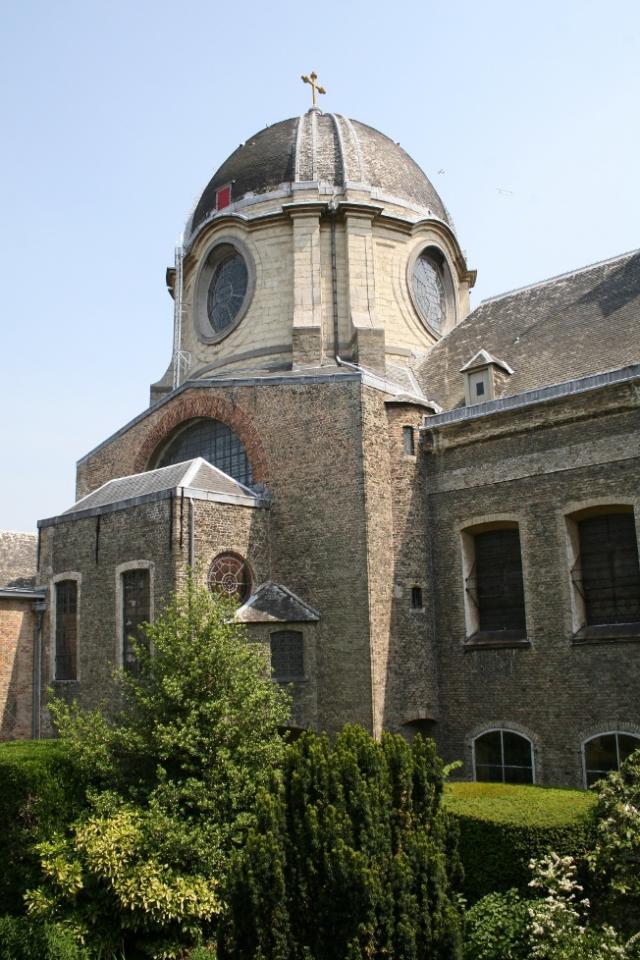La coupole et les fenêtres du chœur supérieur, vues de l'ancien cimetière