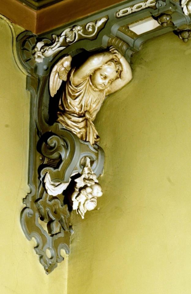 Un ds nombreux anges décorant la maison, ici le couloir central du Pensionnat